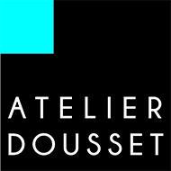 Logo atelier Dousset : petit carré bleu en haut à gauche d'un grand carré noir