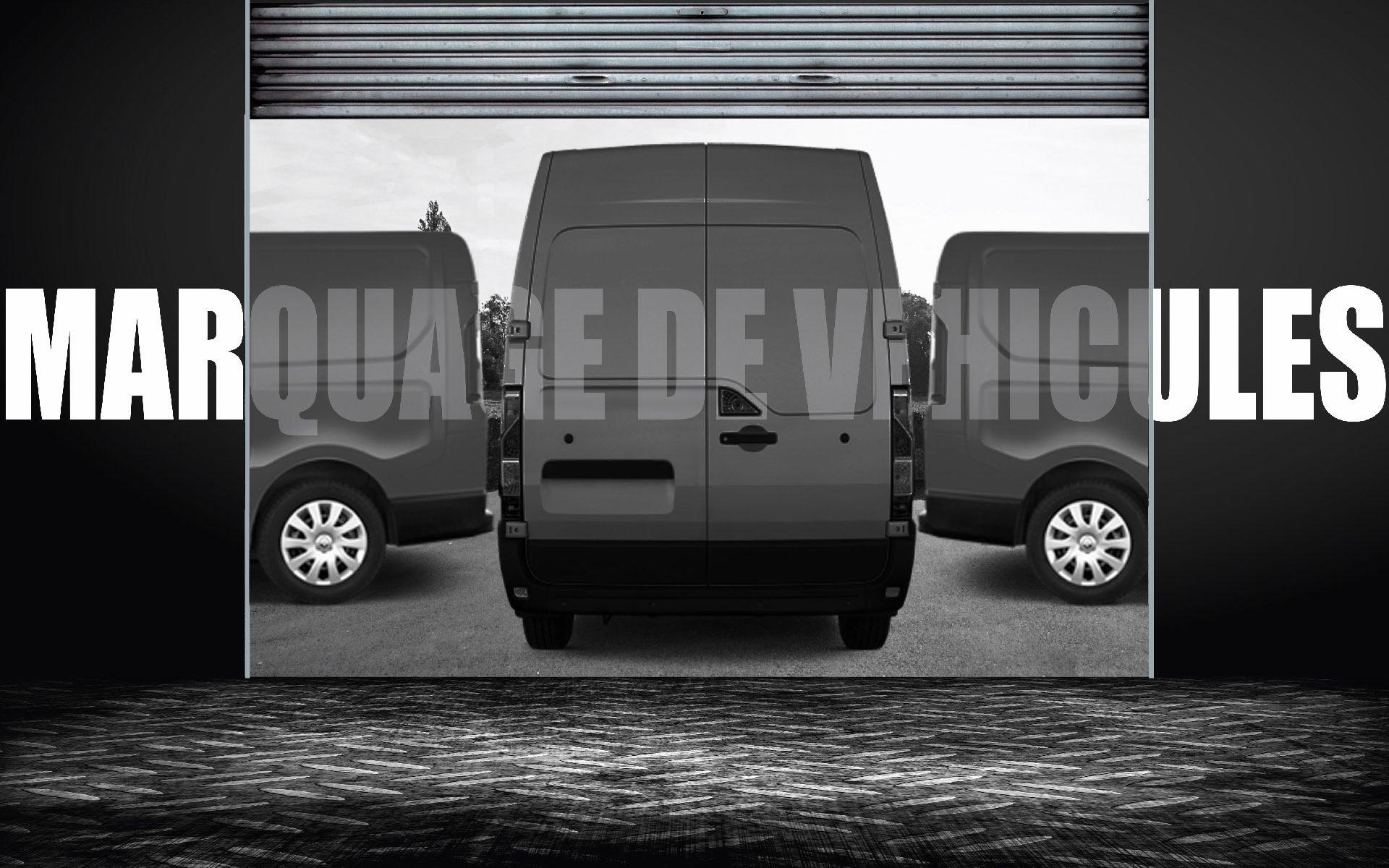 """Trompe l'œil en noir et blanc : les mots """"Marquage de véhicules"""" chevauchent plusieurs camions et le mur de l'atelier"""